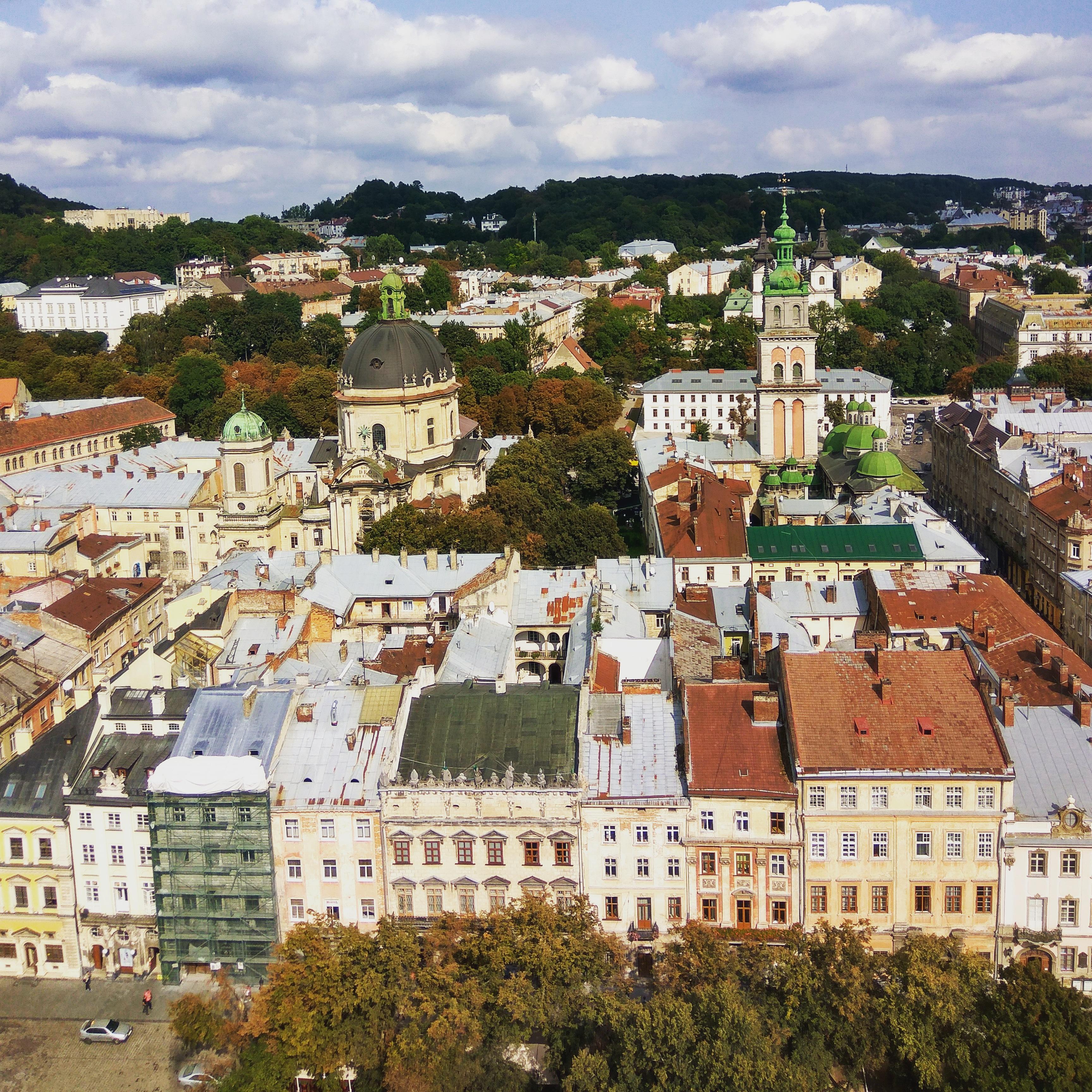 Lwów. Widok na Kościół Dominikanów i Wieżę Korniakta