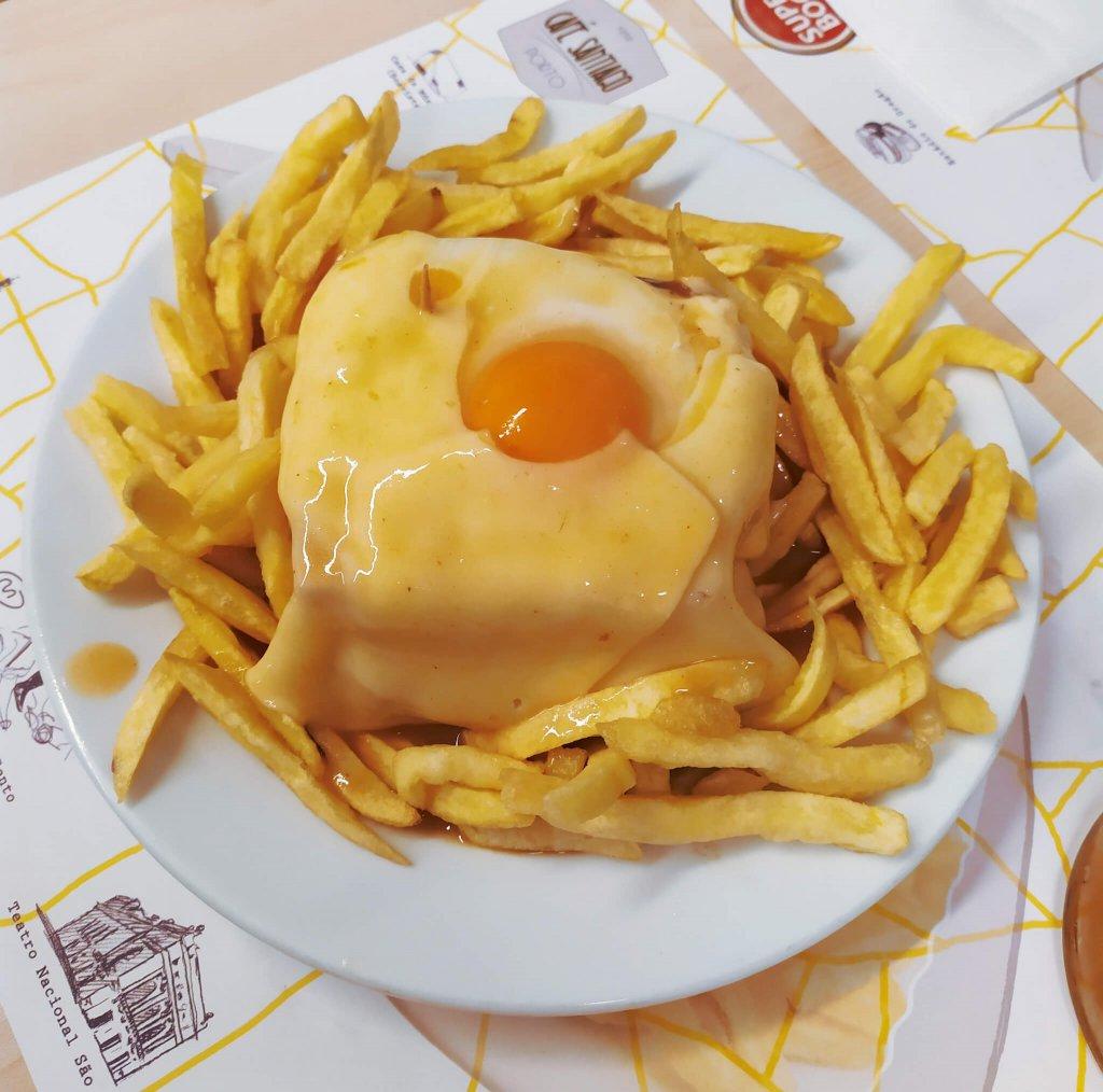 Franhesinha. Jedzenie w Porto